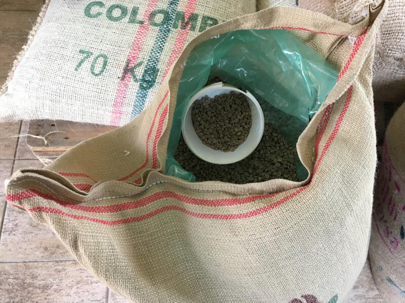 Zelená káva z jutových pytlů